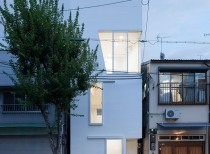 House in Tamatsu / Kenji Architectural Studio