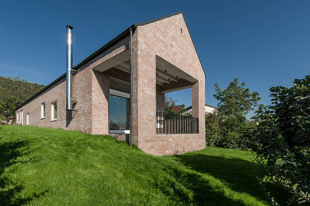 The Long Brick House / Foldes Architects