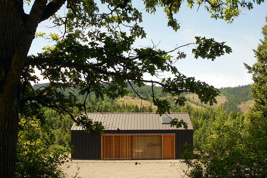 Elk Valley Tractor Shed / FIELDWORK Design & Architecture