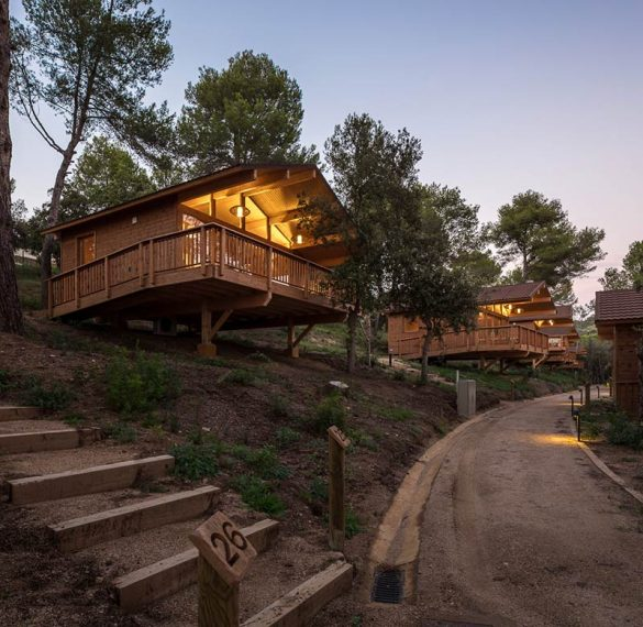 Wooden Houses in Cadiretes Forest / DOSARQUITECTES