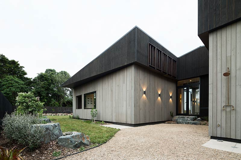 House Under Eaves / MRTN Architects