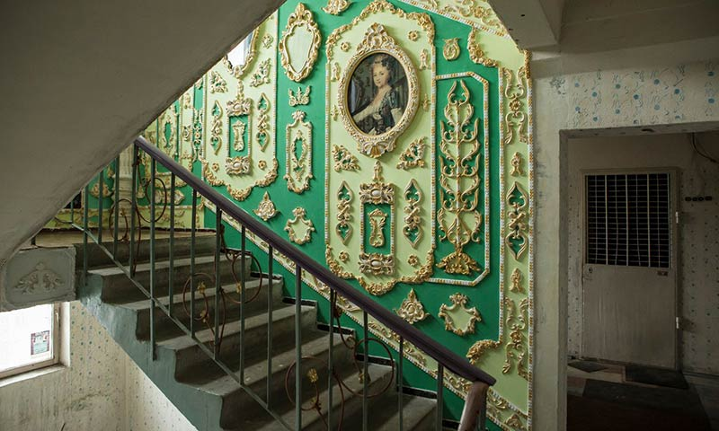 Kiev pensioner turns scruffy stairwell into a gilded palace