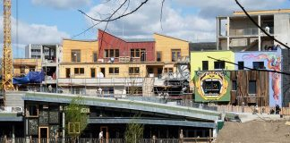A a cooperative founded by Bar25 regulars leases the land for the Holzmarkt development