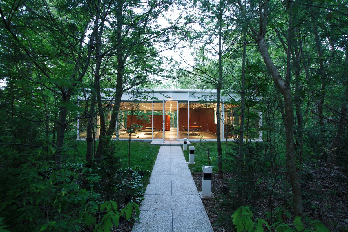 Glass house in tennessee inspired by mies 3