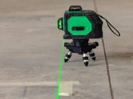 Laser level measuring tool for the installation of an aluminum structure for fixing plasterboard panels.