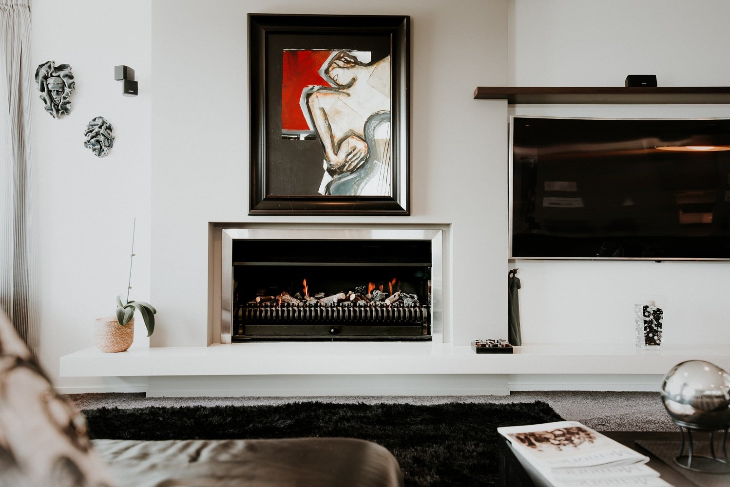 How to decorate your home interiors in black and white